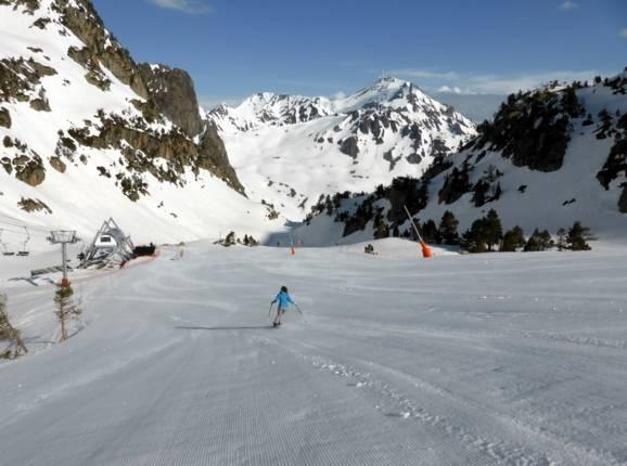 Vue depuis les pistes sur le Pic du Midi 2877 m